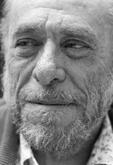 Charles Bukowski, tra donne, alcol, gatti e poesia: riscoprire un autore geniale